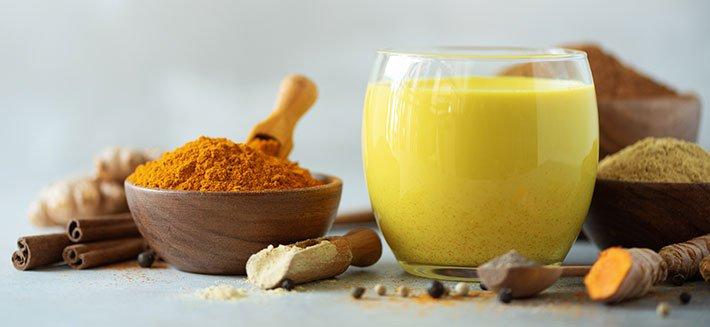 Gusta un dissetante bicchiere di golden milk, benessere ad ogni sorso!