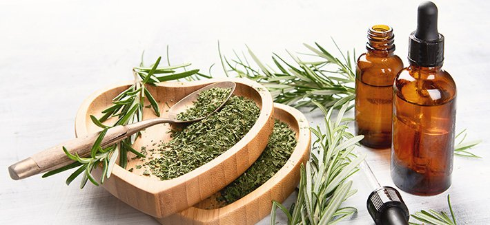 Olio essenziale di rosmarino, ottimo per stimolare energia e concentrazione