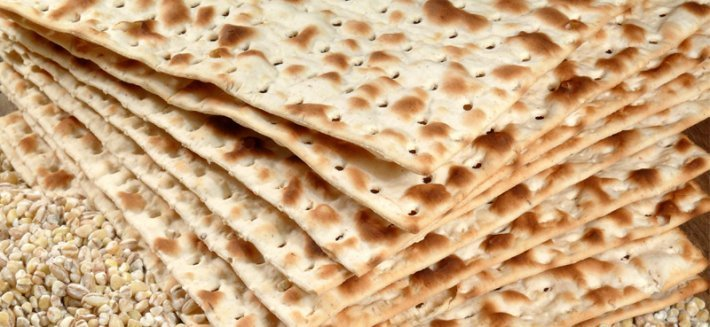 Il pane azzimo è un cibo antico ottenuto grazie a due soli ingredienti: acqua e farina.