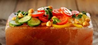 Cucinare senza grassi con la mattonella di sale