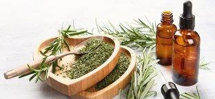 Olio essenziale di rosmarino: tutte le proprietà di uno stimolante naturale